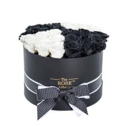 Forever Roses Large Με Άσπρα Και Μαύρα Τριαντάφυλλα Σε Μαύρο Κουτί Δώρου