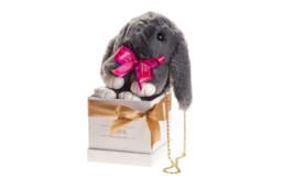 Κουτί Hamper με ένα γκρι κουνελάκι που είναι και τσαντάκι με κορδέλα σε κουτί πολυτελείας.