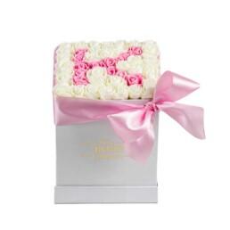 Forever Classic Small Λευκό Κουτί Με Λευκά Τριαντάφυλλα  & Γράμμα «Κ» Σε Ροζ